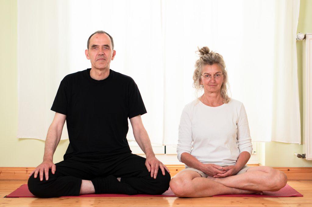 Yoga- und MBSR-Lehrer*in Christa Schneider und Jürgen Post