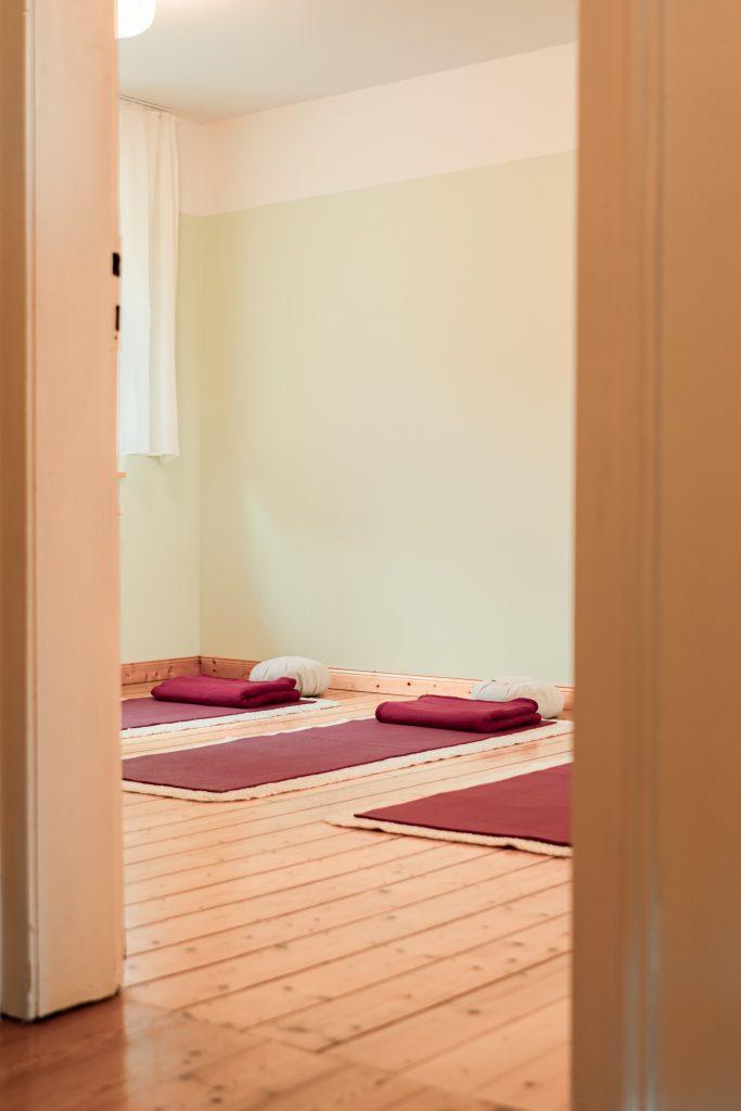 Yoga-Achtsamkeit-Bonn | Blick von Flur in den MBSR-/Yoga-Raum