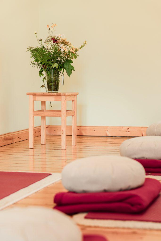 Yoga-Achtsamkeit-Bonn | Blumen auf Yoga-Hocker